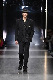 versace-fw19-men-fashion-show-look-09-front